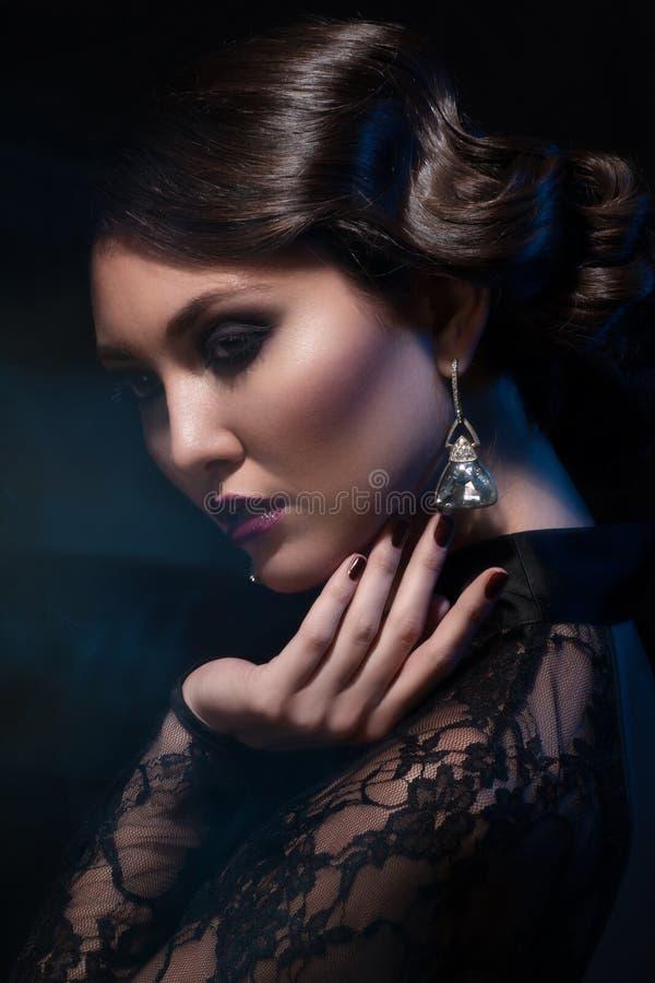 Vrouw met make-up en kapsel stock foto's