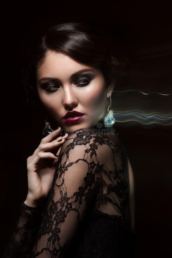 Vrouw met make-up en kapsel stock afbeelding