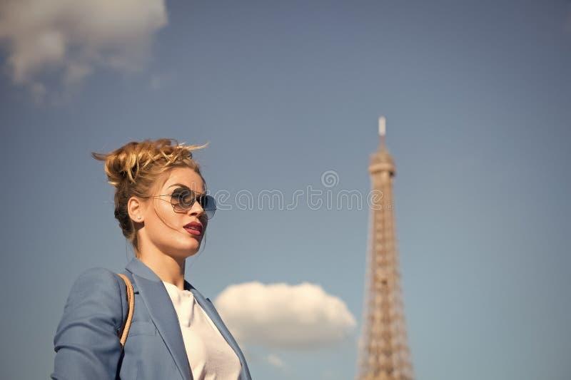 Vrouw met make-up en zonnebril voor blauwe hemel en bovenkant van de Toren van Eiffel op achtergrond Modieus Parijse concept stock foto's
