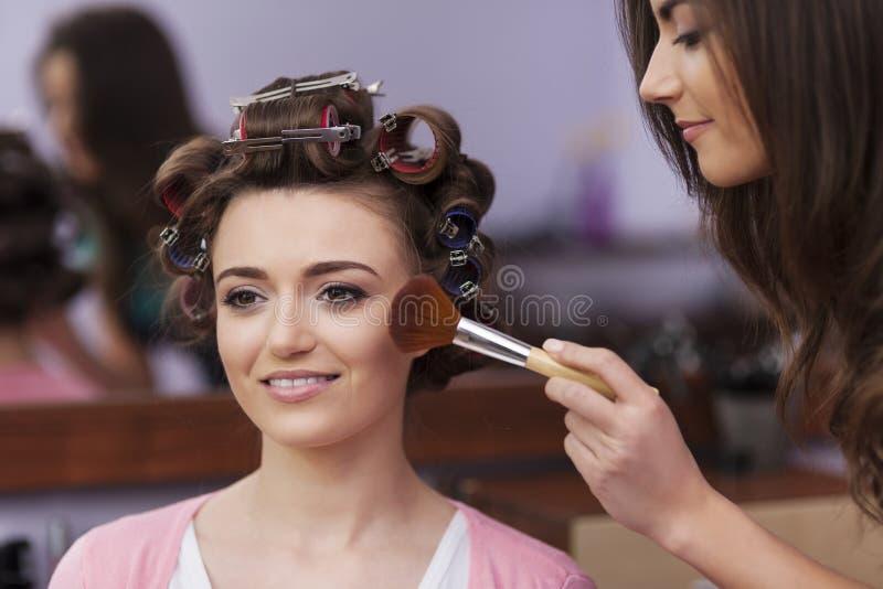 Vrouw met make-upkunstenaar royalty-vrije stock foto