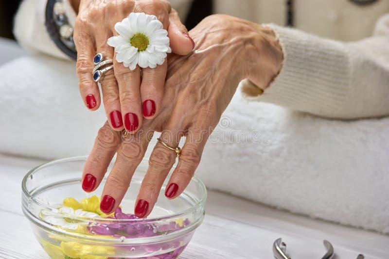 Vrouw met manicure in kuuroordsalon royalty-vrije stock foto's