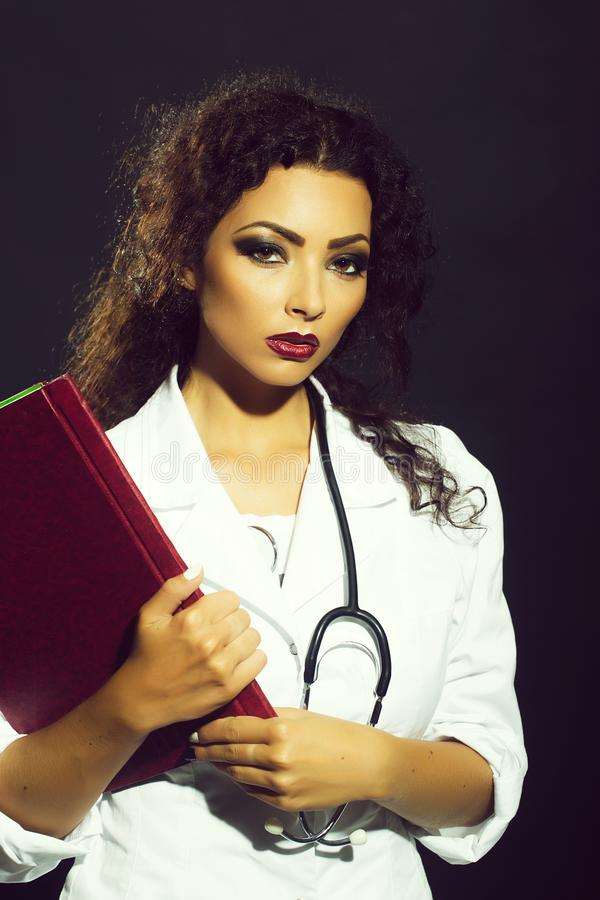 Vrouw met medische kaart stock fotografie