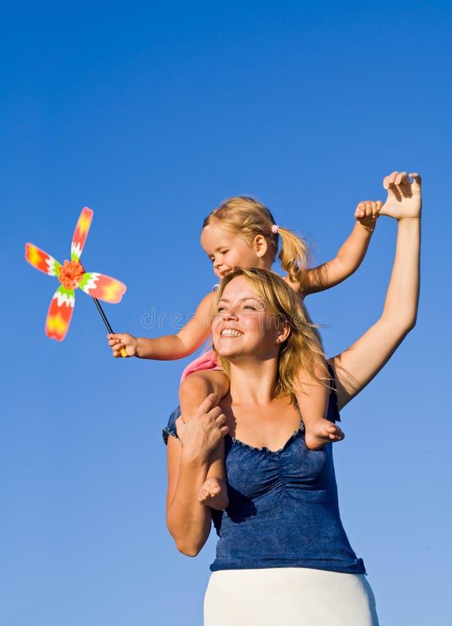 Vrouw met meisje in openlucht het spelen stock foto's