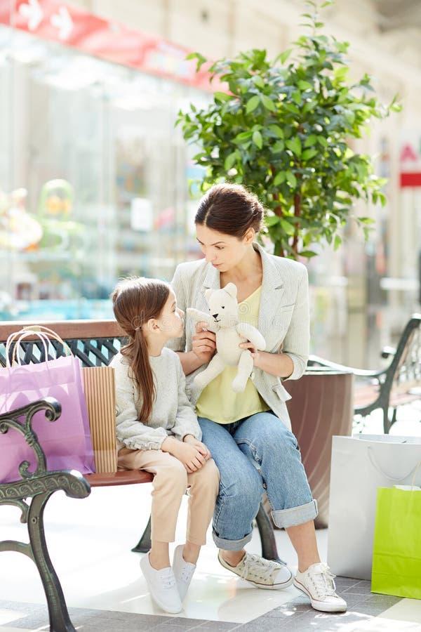 Vrouw met meisje in winkelcomplex royalty-vrije stock foto's