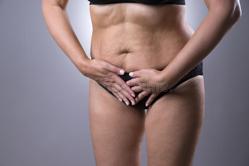 Vrouw met menstruele pijn, endometriosis of cystitis, maagpijn royalty-vrije stock afbeelding