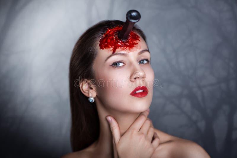 Vrouw met mes in hoofd stock foto