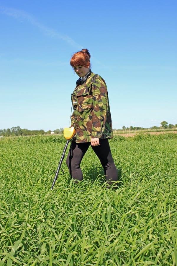 Vrouw met metaaldetector stock foto