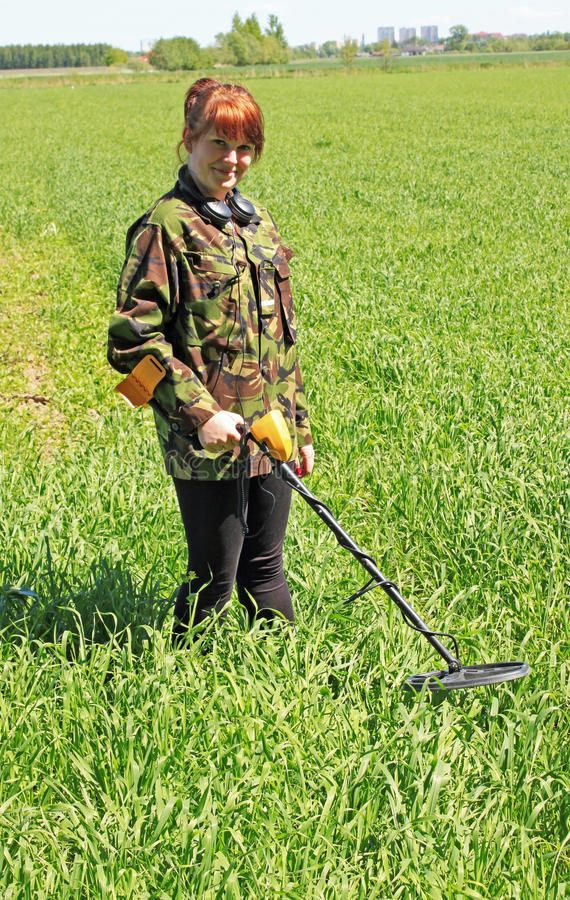 Vrouw met metaaldetector stock fotografie