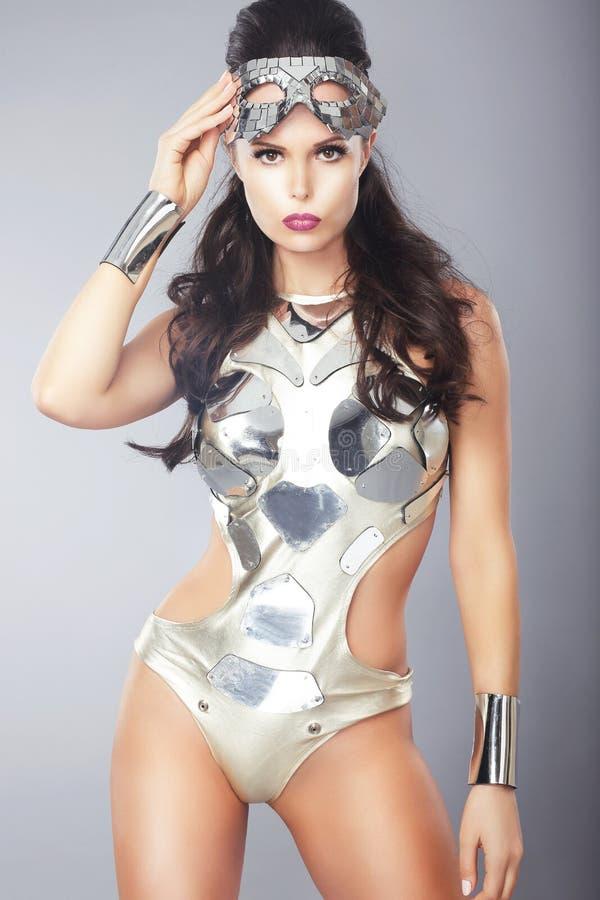 Vrouw met Metaalmasker in In Kostuum stock foto