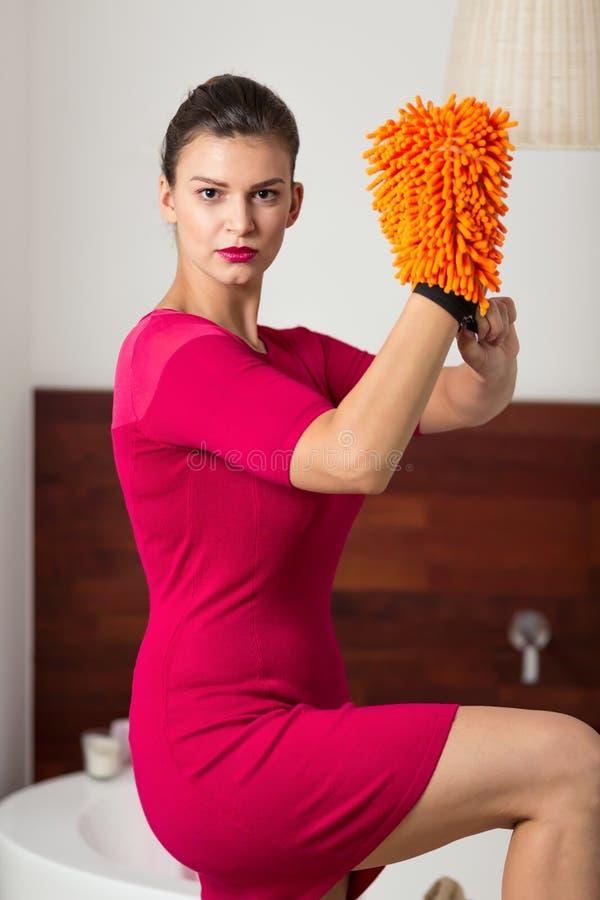 Vrouw met microfiberhandschoen royalty-vrije stock afbeeldingen