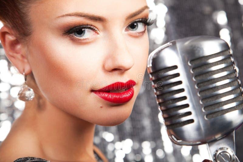 Vrouw met microfoon stock afbeelding