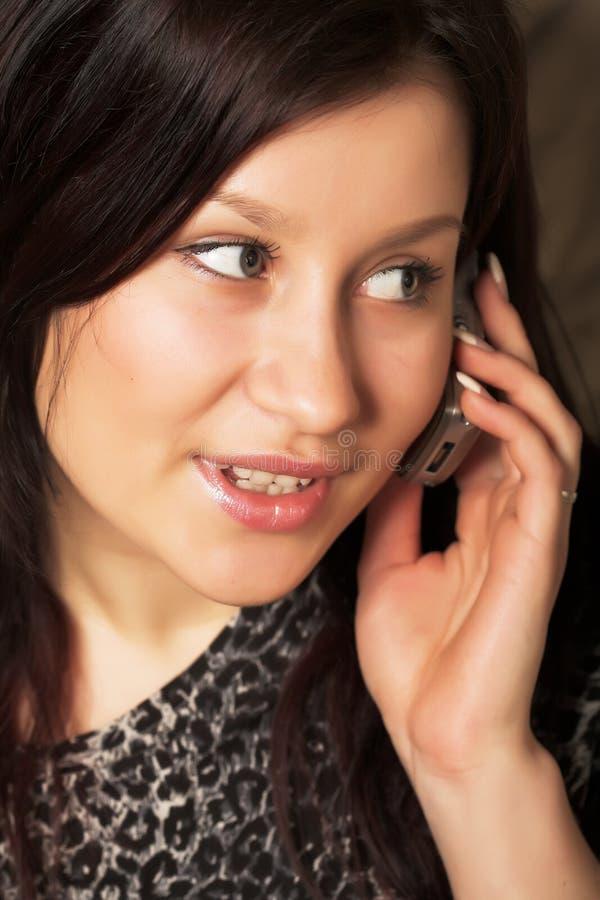 Download Vrouw met mobiel stock afbeelding. Afbeelding bestaande uit schoonheid - 10784307