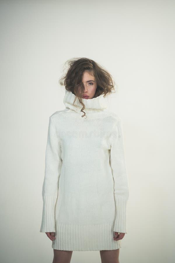 In vrouw met modieus haar in witte de wintersweater De manier kijkt concept Meisje met make-up op mooi gezicht schoonheid royalty-vrije stock foto