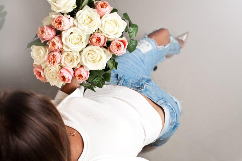 Vrouw met mooi boeket van ranunculus bloemen royalty-vrije stock afbeelding