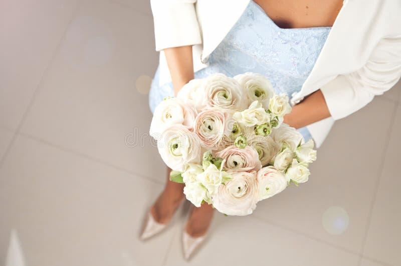 Vrouw met mooi boeket van ranunculus bloemen stock afbeeldingen