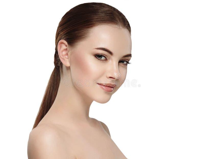 Vrouw met mooi gezicht, gezonde huid en haar haar op een achter dichte omhooggaande portretstudio op wit stock foto's