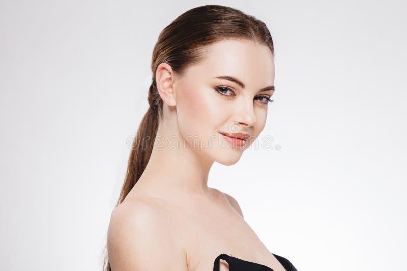 Vrouw met mooi gezicht, gezonde huid en haar haar op een achter dichte omhooggaande portretstudio op wit royalty-vrije stock foto's