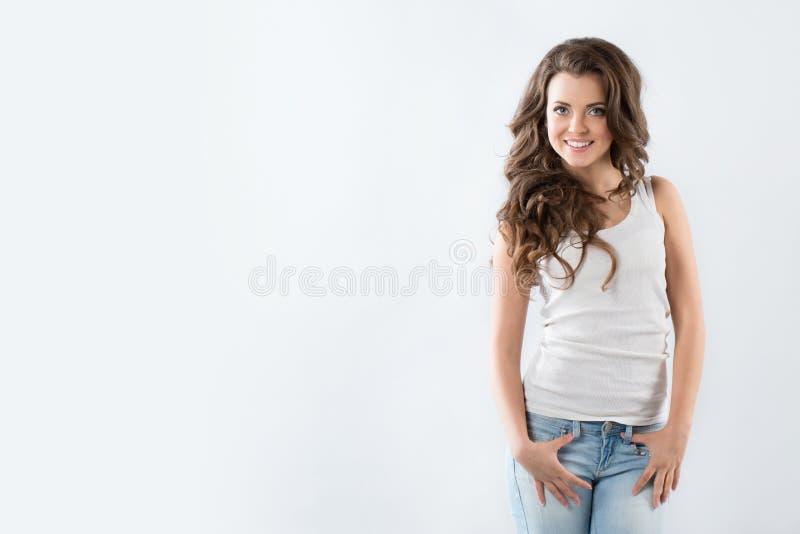Vrouw met mooie lange bruine haren, het stellen royalty-vrije stock afbeelding