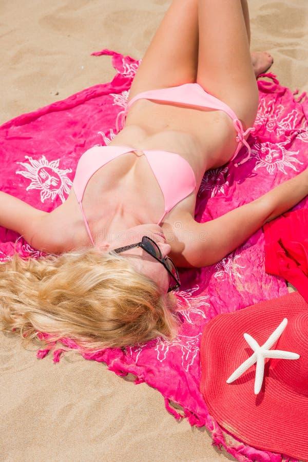 Vrouw met mooie roze sarongen op het strand royalty-vrije stock foto
