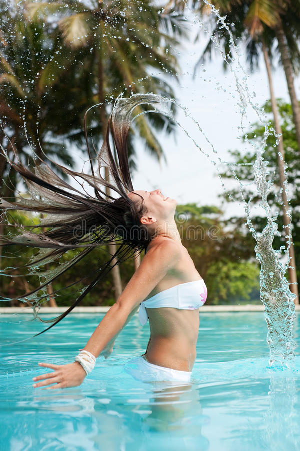 Vrouw met nat haar in de pool royalty-vrije stock afbeelding