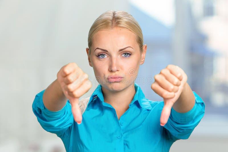 Vrouw met neer duimen royalty-vrije stock afbeeldingen