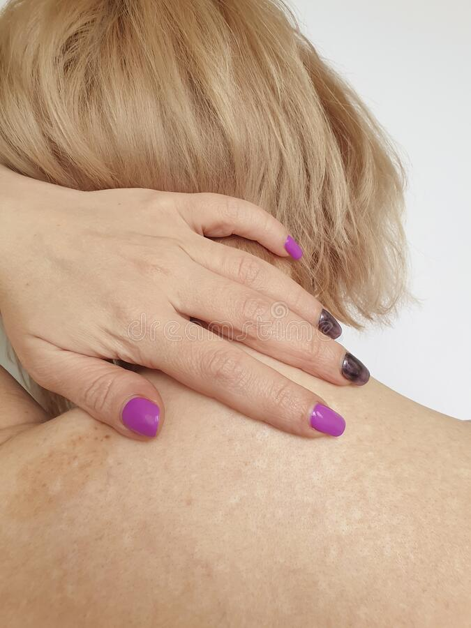 Vrouw met nek- en schouderpijn stock afbeeldingen