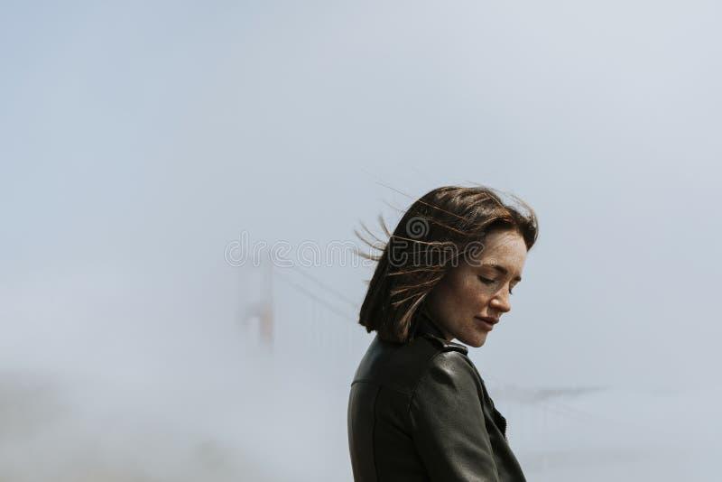 Vrouw met nevelig Golden gate bridge, San Francisco royalty-vrije stock foto