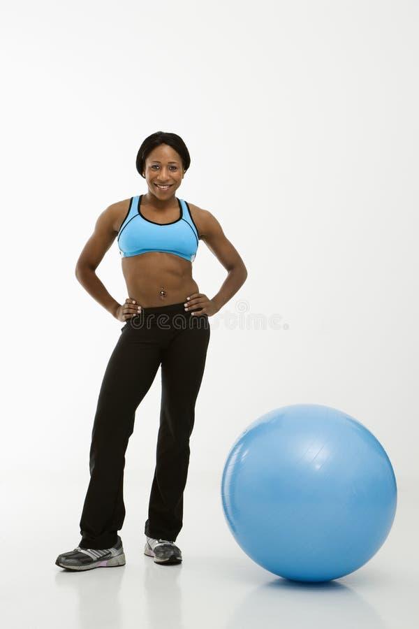 Vrouw met oefeningsbal stock foto