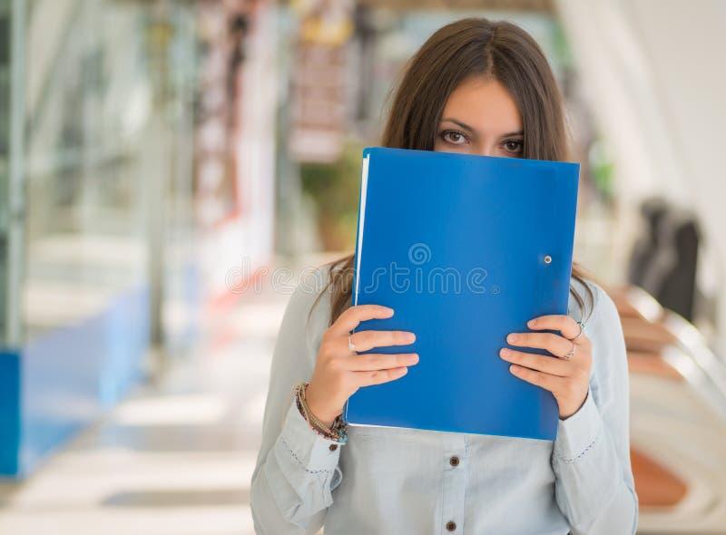 Vrouw met omslag stock afbeelding