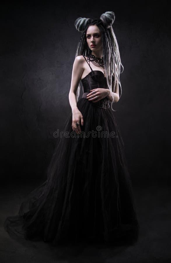 Vrouw met ontzetting en zwarte gotische kleding stock fotografie
