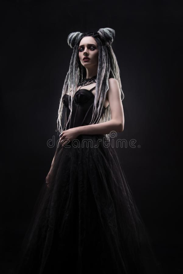 Vrouw met ontzetting en zwarte gotische kleding royalty-vrije stock fotografie