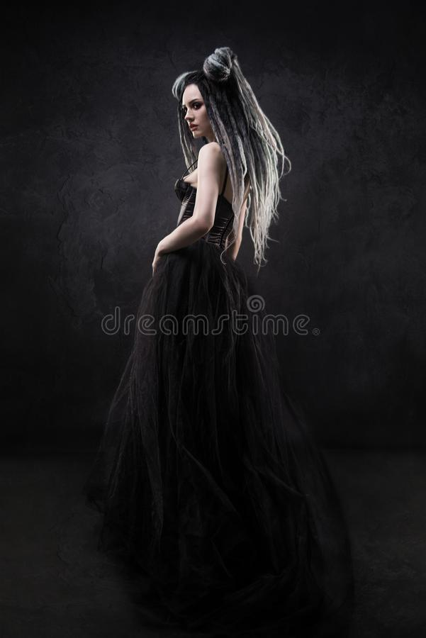Vrouw met ontzetting en zwarte gotische kleding stock afbeelding