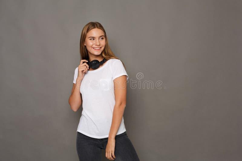 Vrouw met oortelefoons, studioschot royalty-vrije stock fotografie
