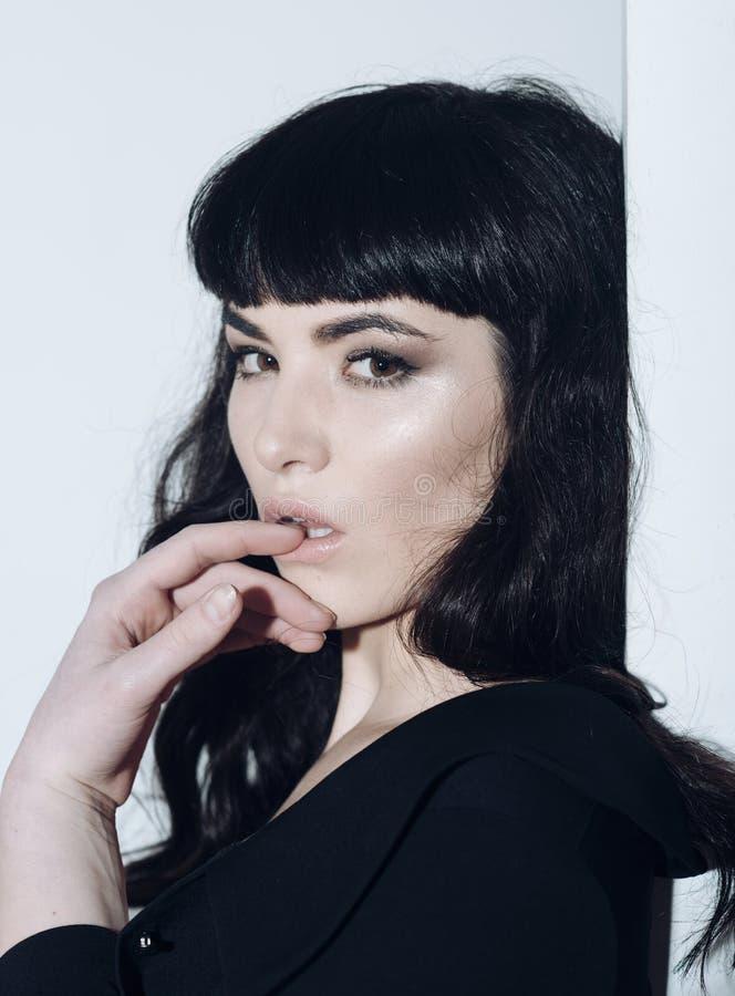 Vrouw met open mond en volledige lippen stock foto