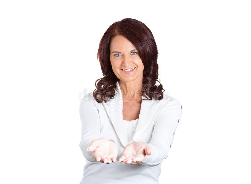 Vrouw, met opgeheven op de hulp van palmenaanbiedingen royalty-vrije stock afbeelding