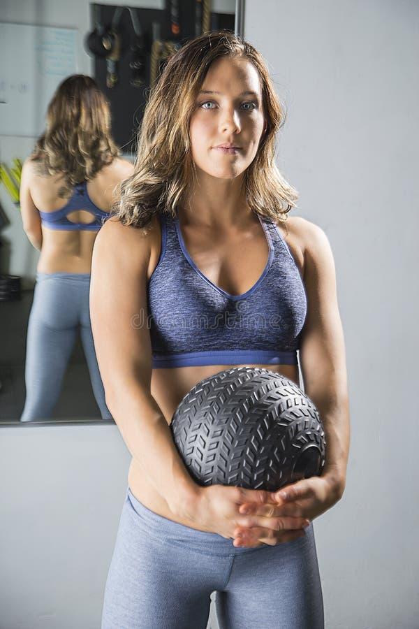 Vrouw met opleidingsbal stock fotografie