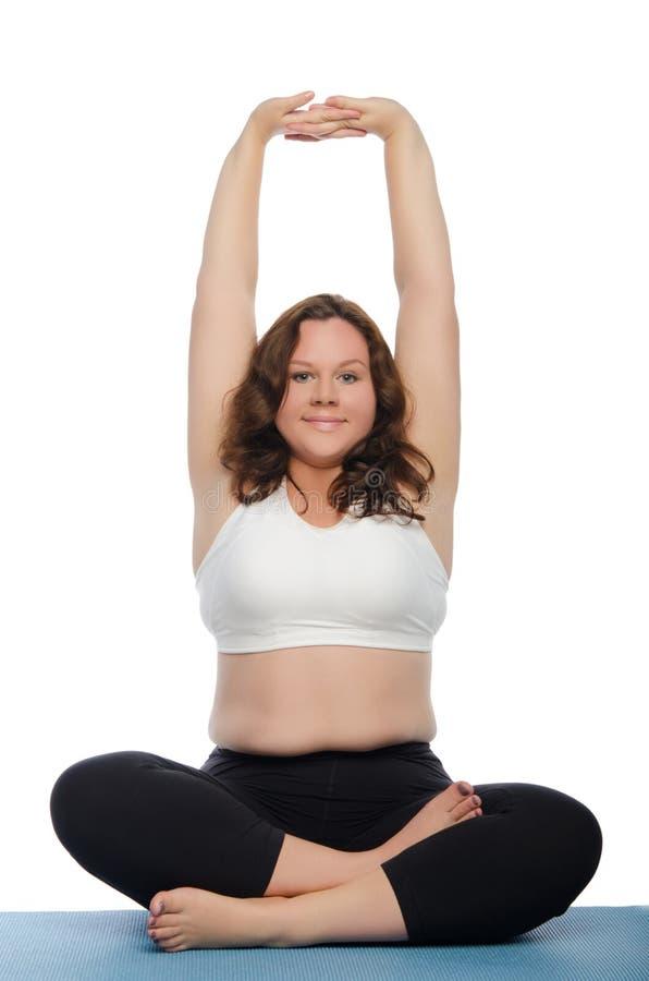 Vrouw met overgewicht betrokken bij geschiktheid op mat royalty-vrije stock fotografie