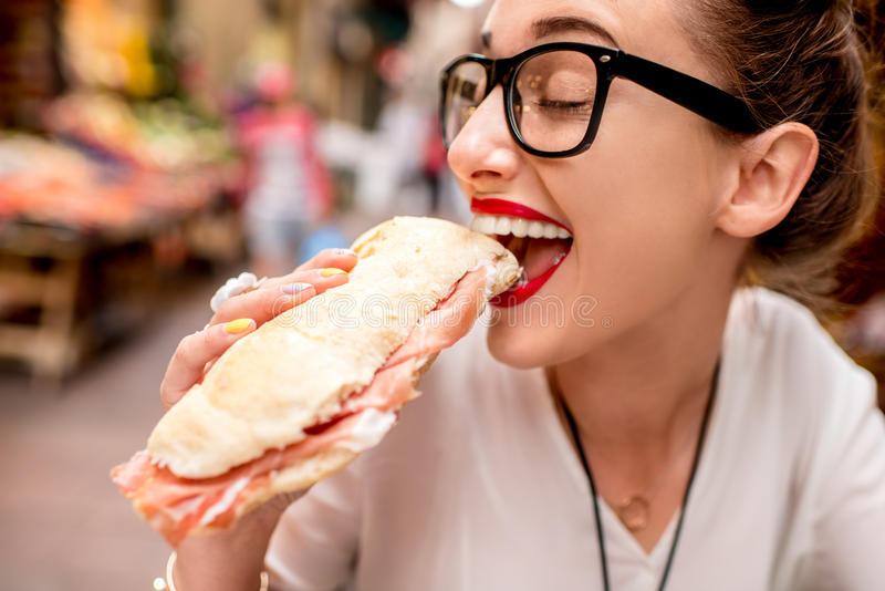 Vrouw met panini stock fotografie