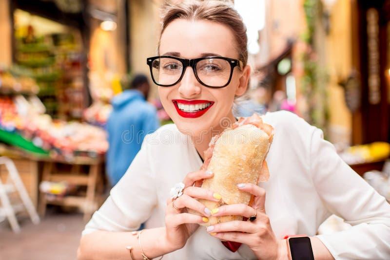 Vrouw met panini stock foto's