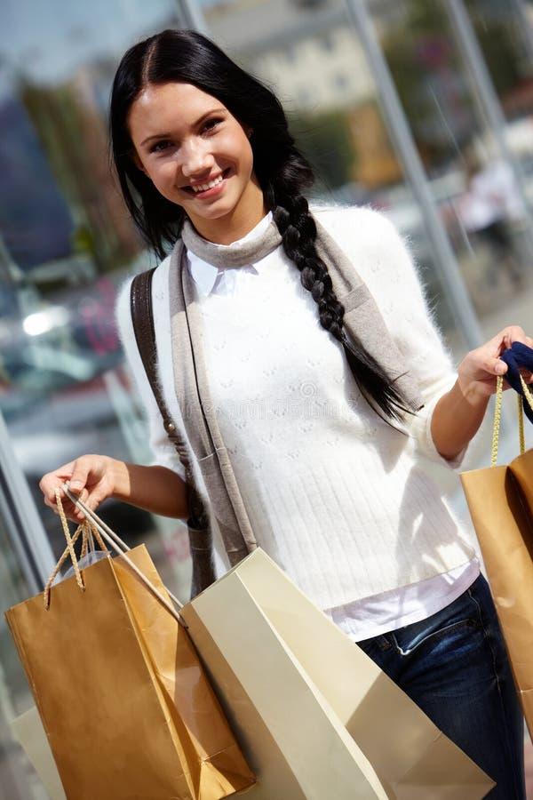 Download Vrouw met papieren zakken stock foto. Afbeelding bestaande uit uitdrukking - 29514662