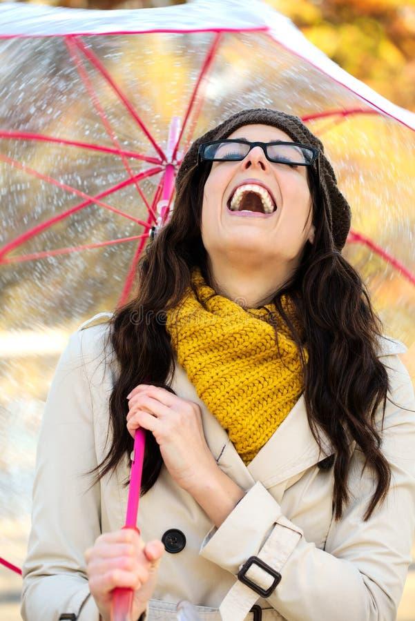 Vrouw met paraplu die pret in de herfst hebben royalty-vrije stock fotografie