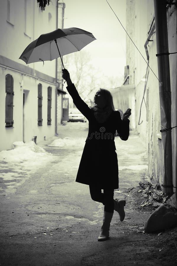 Vrouw met paraplu retro in oude stad stock foto's