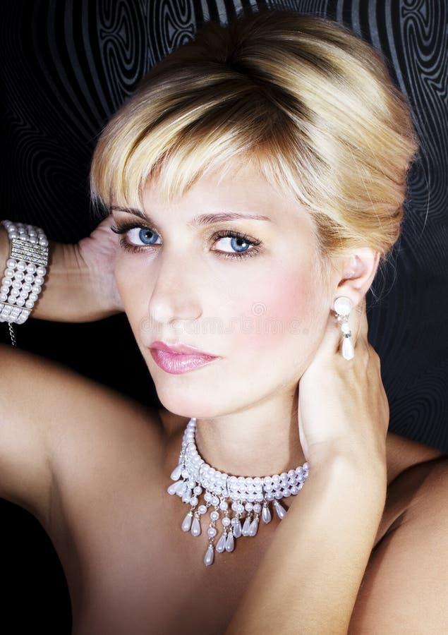 Vrouw met pareljuwelen stock afbeeldingen
