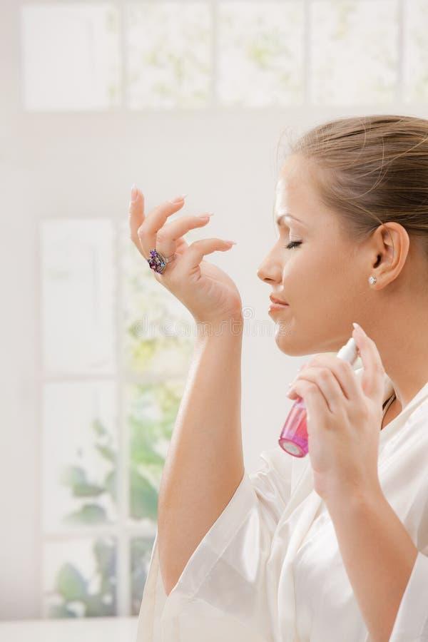 Vrouw met parfum royalty-vrije stock foto