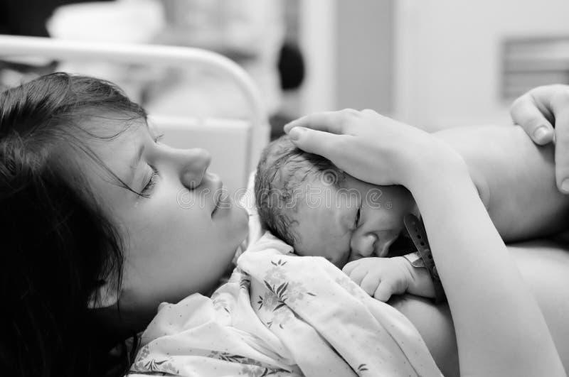 Vrouw met pasgeboren babyrecht na levering royalty-vrije stock foto's