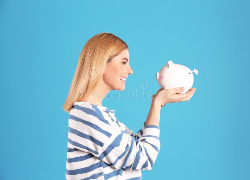 Vrouw met piggy stock afbeeldingen