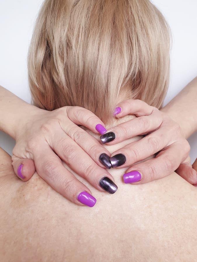 Vrouw met pijn in de nek en schouder die lijdt aan stress stock afbeelding