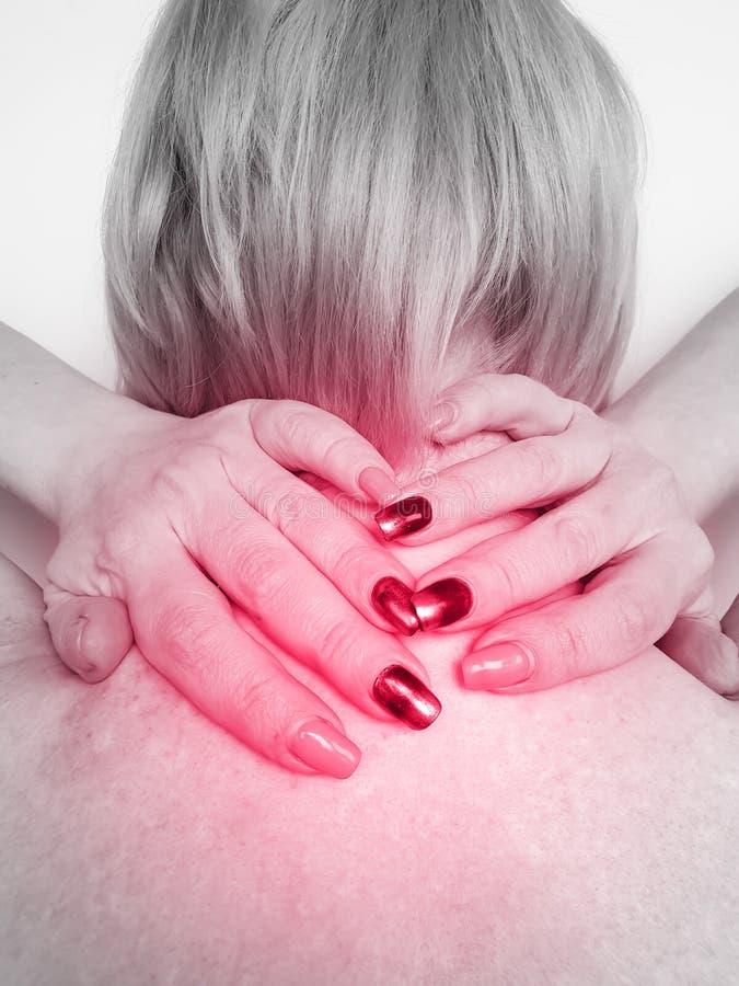 Vrouw met pijn in de nek en schouder onder stress royalty-vrije stock foto's
