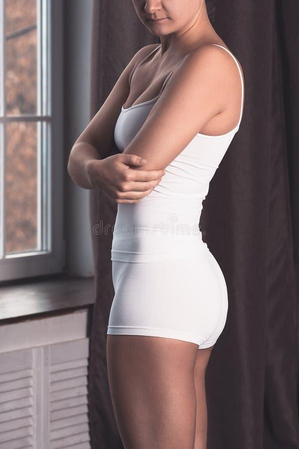 Vrouw met pijn in elleboog, gezamenlijke ontsteking stock foto's