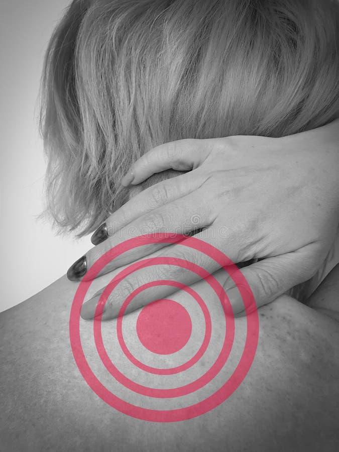 Vrouw met pijn in nek en schouder stock fotografie